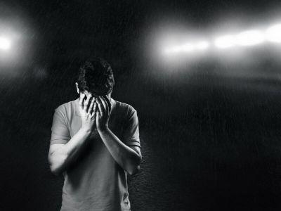 Panični napad je osećaj uznemirenosti praćen raznim telesnim manifestacijama. Doživljaj najviše liči na strah, da se svakog trenutka može izgubiti kontrola i želja da se pobegne. Najčešći scenariji koji se očekuju su padanje u nesvest, infarkt i ludilo. Može se javiti samo jednom u životu,, a mogu se i ponavljati.