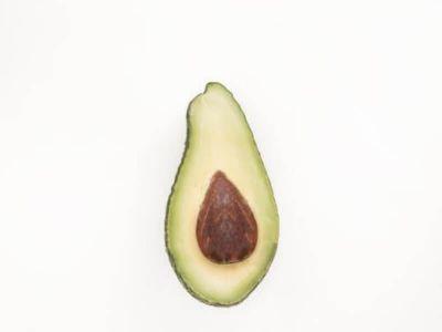 Povišen nivo holesterola u krvi značajno povećava rizik od oboljevanja kardiovaskularnog sistema i šloga. Većina onih koji imaju ovaj problem poseže sa lekovima, ali holesterol se može sniziti i promenom načina ishrane.
