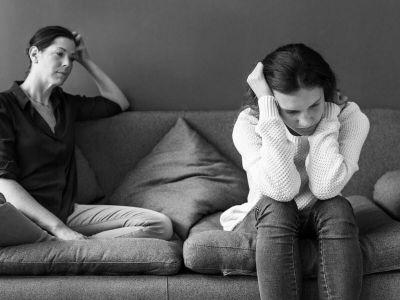 Ne postoji jedan uzrok depresije. Moderna medicina polazi od toga da do nastanka depresije može dovesti veliki broj okolosti. Zato je za tačnu dijagnozu važan što precizniji opis simptoma bolesti. Uopšte se ne dovodi u pitanje da depresiju mogu da prouzrokuju kako radikalni životni događaji tako i faktori ličnosti. Studije potvrđuju da i nasledni faktori mogu da igraju ulogu kod nastanka depresije. Povrh toga, vremenom se došlo do saznanja da određeni transmiteri, tzv. neurotransmiteri, imaju veliki uticaj na nastanak depresije. Depresiju mogu da izazovu i određeni lekovi i telesna oboljenja.