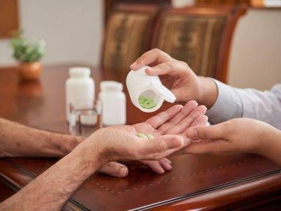 Službe za kućno lečenje spadaju u službe primarne zdravstvene zaštite i postoje u većini domova zdravlja u Srbiji. Namenjene su teškim bolesnicima koji nisu u mogućnosti da posećuju svog izabranog lekara, pre svega bolesnicima koji su u terminalnoj fazi maligne bolesti ili drugih, nemalignih bolesti, kao što su neurološke ili kardiovaskularne bolesti i sl. ali i bolesnika kod kojih je specifično onkološko lečenje i dalje u toku, i u čijem je multidisciplinarnom pristupu neophodno uključivanje i kućnih lekara za primenu simptomatsko-suportivnih mera u dugotrajnom procesu lečenja i rehabilitacije.