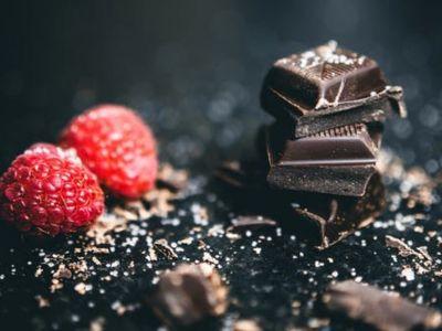 Asteci su se prvi sladili čokoladom. Ona predstavlja hranu zadovoljstva koja sprečava zamor i stimuliše ljubav. Nedavno je ustanovljeno da kakao i čokolada štite od čira na želucu i dvanaestopalačnom crevu.