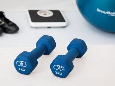 Fizička aktivnost utiče na smanjenje telesne težine i ukupnih telesnih masti, na distribuciju masnog tkiva, kao i na očuvanje postignute težine, promena u telesnom sastavu, postignute optimalne energetske ravnoteže i metabolizma, a potvrđeno je da joj je efekat značajan i nezavisno od smanjenja telesne mase.