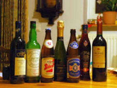 Alkoholičari su podeljeni u tri grupe zavisno od količine alkohola koji svaki dan popiju: apstinenti (koji se suzdržavaju od pića), umereni (koji popiju 5-10 čaša alkohola nedeljno) i izraziti (koji piju više od 10 čaša alkohola nedeljno).