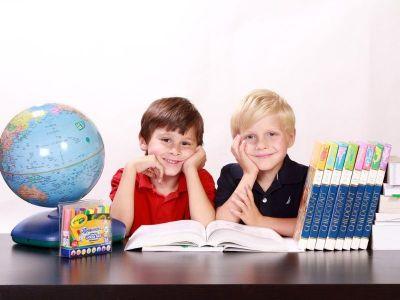 U svom novom tekstu, diplomirani logoped, Smilja Vukotić, ističe zablude koje se javljaju kod roditelja kada primete da dete ne može da savlada čitanje i pisanju i zaostaje za svojim vršnjacima u razredu. Saznajte da li je samo u pitanju loša učiteljica, i kako reagovati kada dete ima teškoće u čitanju.