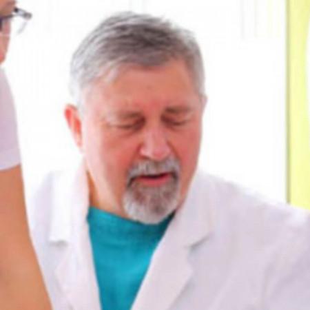Doktor specijalista iz oblasti Urologije. Dugogodišnje iskustvo ovog vojnog lekara, danas ga čini jednim od najcenjenijih urologa u zemlji.