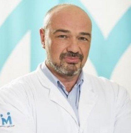 Dr Božidar Jakovljević je završio Medicinski fakultet, Univerziteta u Beogradu, na Vojnomedicinskoj akademiji je završio specijalizaciju iz ORL-a. Obuku endoskopskih operacija nosa i usne duplje je radio kod profesora Dr.Stammberger u Gracu.