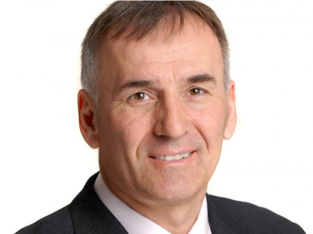 Dr Zoran Lekić je specijalista opšte, plastične, rekonstruktivne i estetske hirurgije, supspecijalista transplantacije kose i laserske estetske hirurgije.