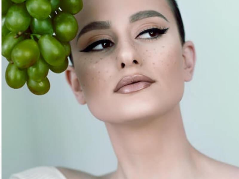 Nekada su procedure estetske hirurgije i vrhunske kozmetike bile dostupne samo bogatim ljudima, danas procedure za ulepšavanje postaju dostupne velikom broju ljudi. Pilingom se uklanja površni sloj kože a sa njim i pege, fleke, sitne bore, proširene pore i ožiljci.