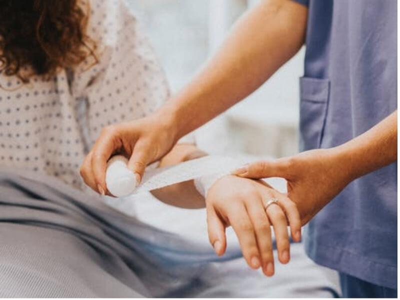 Sve akutno nastale rane se mogu pretvoriti u hronične rane ukoliko su zapljane,inficirane, ako nije obavljena adekvatna primarna obrada, ako rana nije ušivena ili ako je posle šivenja došlo do dehiscencije rane. Posebna grupa hroničnih rana su i rane na potkolenicama (ulcus cruris) i stopalima (dijabetično stopalo) i koje nastaju zbog loše cirkulacije ili šećerne bolesti.
