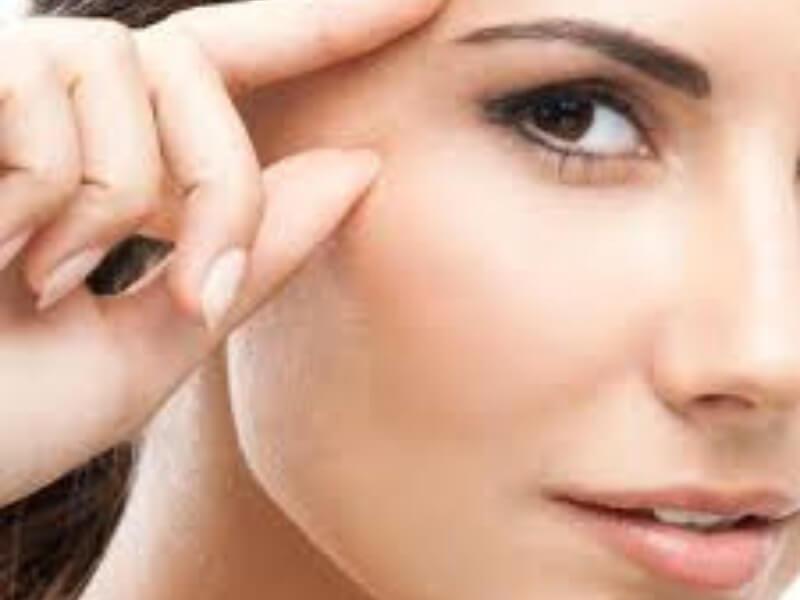 """Osim što """"pegla"""" bore lica, botoks ublažava i bol, potvrdila je još jedna studija. Istovremeno, protivnici ove terapije upozoravaju da injekcije mogu izazvati i štetna dejstva."""