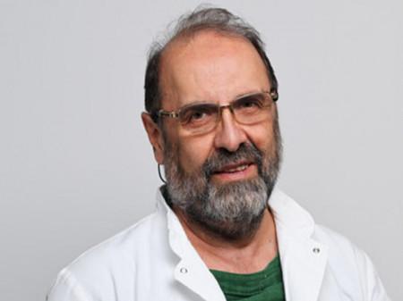 Dr Anđelić je prvi uspešno uradio video endoskopsku operaciju na našim prostorima. Pored formalnog obrazovanja, se aktivno usaršava na kongresima od međunarodnog značaja u državi i inostranstvu.