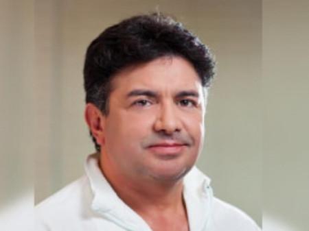 Dr Hans Flores Arteaga, plastični hirurg iz Brazila od 1996. godine radi kao konsultant u privatnoj bolnici Avicenna Primal u Beogradu.