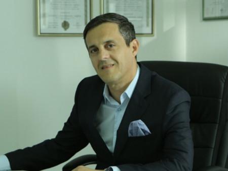 Prof. dr Milan Filipović je specijalista plastične estetske hirurgije.