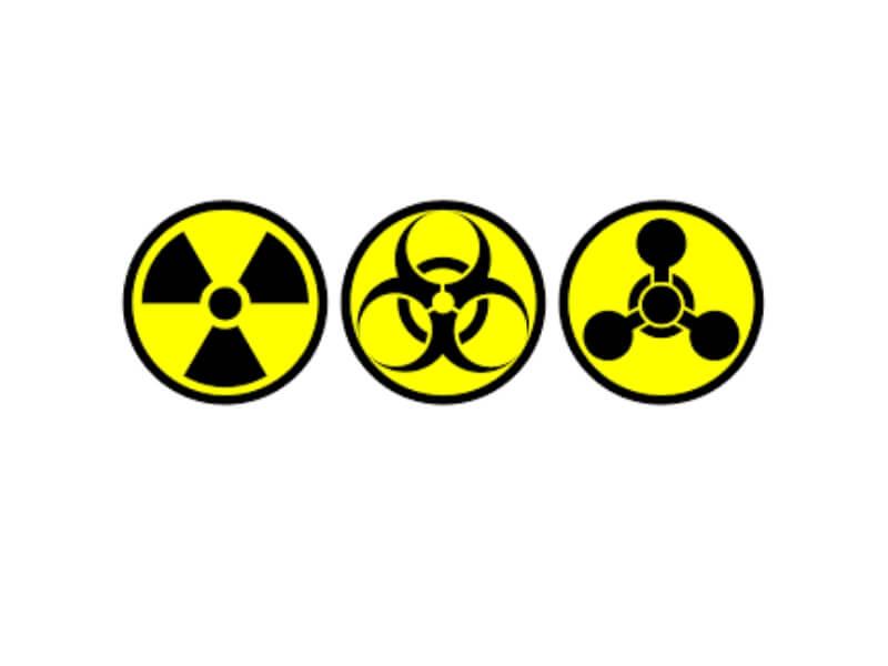 Hemijske povrede larinksa najčešće nastaju u okviru korozivnih oštećenja farinksa i jednjaka pri zadesima, a naročito samoubilačkim trovanjima sa korozivnim sredstvima. U ratu nastaju dejstvom bojnih otrova, koji uz opšte izazivaju i lokalne hemijske povrede.