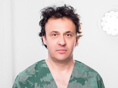 Dr Saša Mišeljić je plastični hirurg. Više od 15 godina posvećen je estetskim i anti-age procedurama na licu i telu i iza sebe ima preko 3000 zadovoljnih pacijenata.