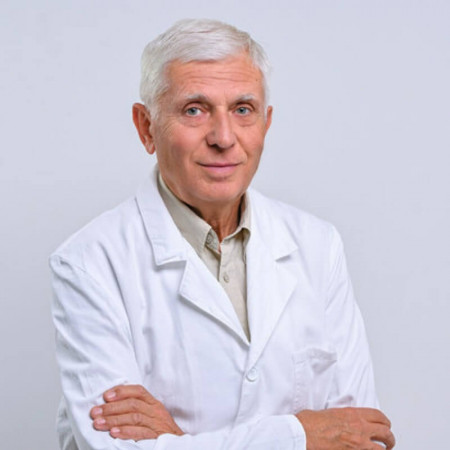 Dr Milan Prekajski je onkolog sa dugogodišnjim iskustvom.