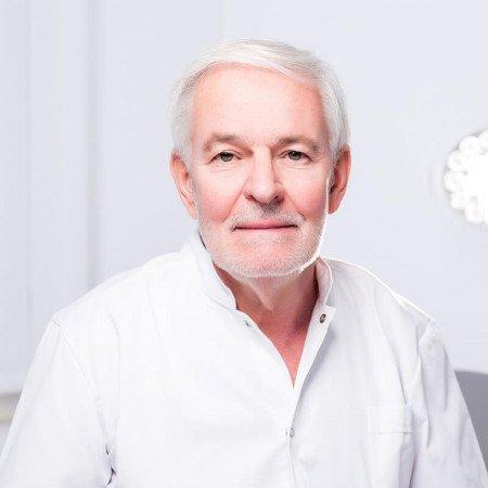 Dr Duško Kalezić je specijalista opšte hirurgije. Radio je na Urgentnom centru KCS od njegovog osnivanja. Bio je načelnik operacionog bloka Urgentnog centra.