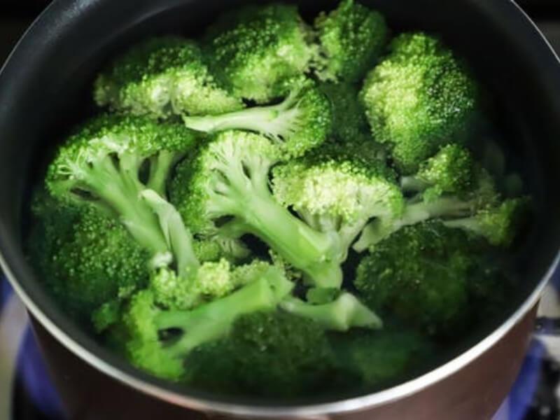 Vredni antioksidansi koji štite od hroničnih bolesti, kao što su degeneracija makule, rak i kardiovaskularne bolesti, otkriveni su i u brokoli. Reč je o važnim karotenoidima, luteinu i zeaksantinu.