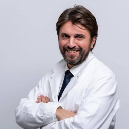 Dr Petar Vukićević je specijalista opšte i kardiohirurgije. Bavi se rekonstrukcijom mitralnih zalistaka, hirurgijom torakalne aorte i urodjenim srčanim manama.