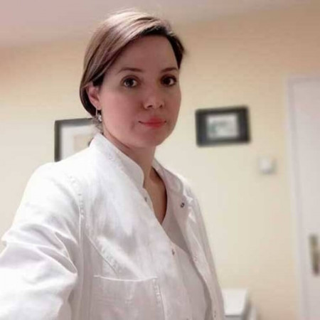 Dr Jovana Vučeljić je specijalista ginekologije i akušerstva. Uža oblast interesovanja dr Vučeljić su skrining premalignih i malignih stanja grlića materice u okviru kolposkopije i lečenje steriliteta.