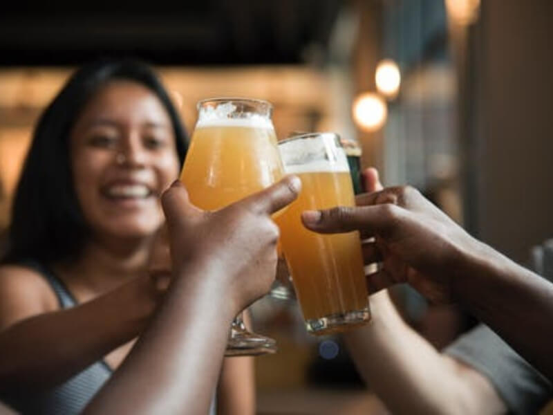 Ljudi koje vole da piju vino, hrane se zdravije od onih koji vole pivo, saopštili su danski naučnici. Ljubitelji vina jedu masline, voće, povrće, ribu, meso i mlečne proizvode sa manje masnoće.