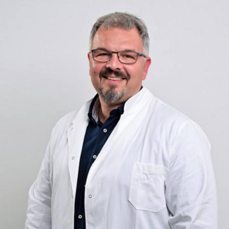 Spec. dr med. Velibor Jovanović je specijalista interne medicine i kardiolog. Svakodnevno obavlja implantacije i kontrolu rada pejsmejkera. Zakažite pregled.