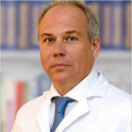 Dr Dejan Stefanović je oftamolog sa 25 godina radnog iskustva u oftamološkoj praksi. Znanja je sticao u Rusiji i kod nas, a sada radi u Beogradu.