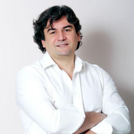 Spec. dr med. Dejan Novaković je specijalista plastične i rekonstruktivne hirurgije. Poznat je po velikom broju urađenih operacija grudi. Zakažite pregled.