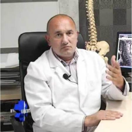 Prim. dr Nikola Radaković je specijalista fizijatar i akupunkturolog. Bavi se akupresurom.