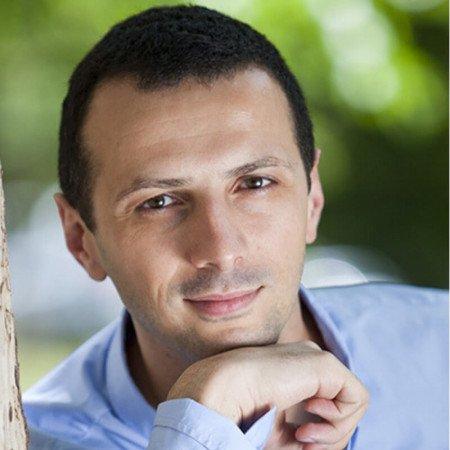 Dr Dejan Stevanović je dečji psihijatar. Uža sfera interesovanja su mu autizam, hiperkinetski poremećaj i lečenje depresije kod mladih.
