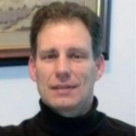 Prim. dr Velibor Milanović je specijalista pedijatrije i pulmolog. Posebno se bavi astmom, alergijama i respiratornim infekcijama. Zakažite pregled.