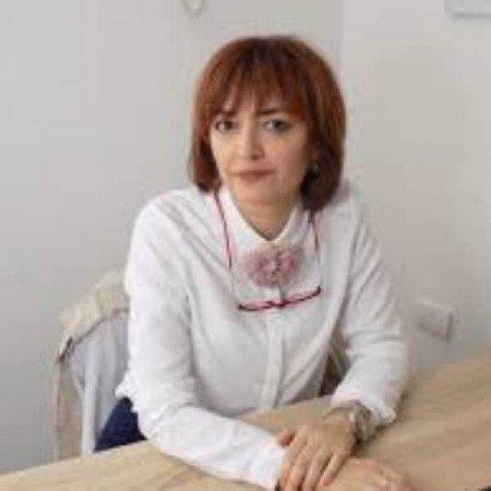 Prim. dr Svetlana Grubor je specijalista dermatologije i venerologije. Trenutno radi u KBC Zemun. Predavač je na Akademiji za estetiku i kozmetologiju Purity.