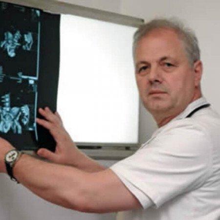 Dr Neven Vavić je specijalista interne medicine, nefrolog. Oblast interesovanja mu je transplantacija bubrega. Pročitajte biografiju i zakažite pregled.