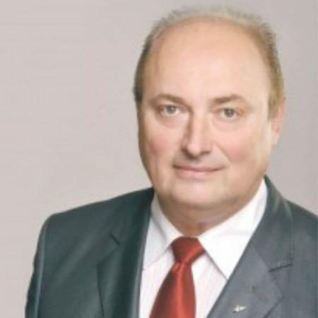 Dr Dragan Vukanić je specijalista dečje hirurgije, supspecijalista urologije sa više od 30 godina iskustva. Izuzetan stručnjak u oblasti dečje genitalne hirurgije.