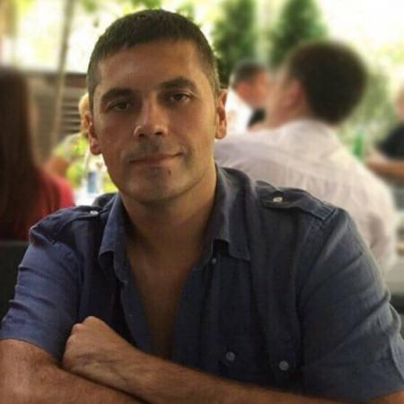 Dr Aleksandar Vujović je specijalista otorinolaringologije u Beogradu. Uža oblast interesovanja mu je hirurgijom uha, grla i nosa kod dece.