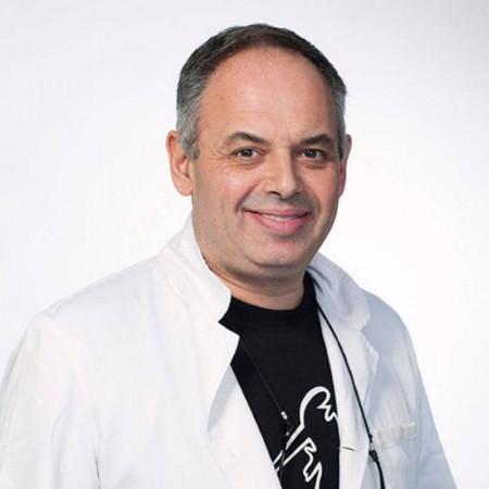 Dr Ivan Rakić je specijalista dečje hirurgije sa supspecijalizacijom iz plastične i rekonstruktivne hirurgije. Posebna oblast interesovanja su mu lečenje opekotina, mladeži i hemangiomi.