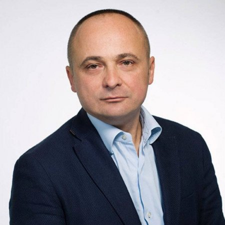 Dr Siniša Dučić je specijalista dečje ortopedije sa višegodišnjim iskustvom. Uža oblast interesovanja su mu povrede ekstremiteta i urođene anomalije stopala i kuka kod dece.