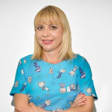 Dr Marina Relić je specijalista za dečiju i preventivnu stomatologiju sa više od 18 godina radnog iskustva. Usavršavala se u oblasti estetske stomatologije.