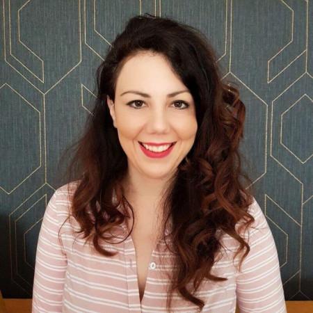 Dr Katarina Runtić je specijalista dermatologije u Novom Sadu. Bavi se estetskom medicinom.