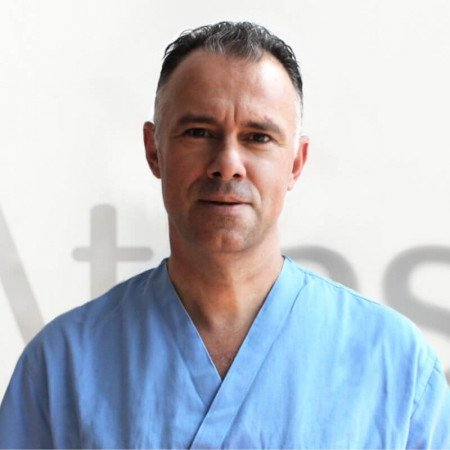 Dr Stevan Jokić je specijalista opšte hirurgije i onkologije. Uža specijalnost su mu karcinom štitaste žlezde, karcinomi dojke, melanom i mekotkivni tumori.