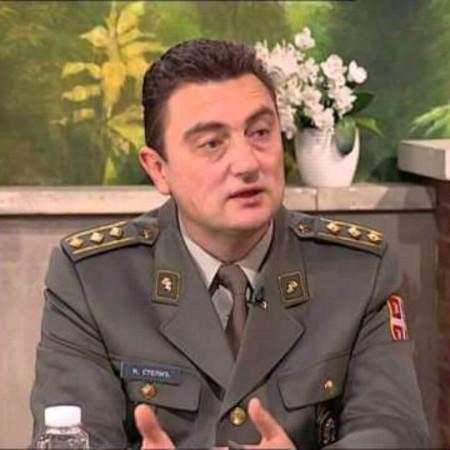 Pukovnik prof. dr Nenad Stepić je specijalista plastične i rekonstrutivne hirurgije sa dugogodišnjim radnim iskustvom. Trenutno radi u Beogradu na VMA.