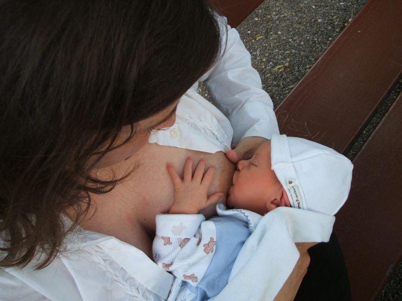 Prirodno je i dobro za bebu. One su podržale dojenje u javnosti!