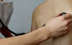 Godišnje čak 4500 ljudi umre od ove opake bolesti, što znači da 13 ljudi u Srbiji svakog dana izgubi borbu sa rakom pluća. Uzrok visoke smrtnosti, pre svega je kasno otkrivanje bolesti, ali i odsustvo lečenja savremenim lekovima.