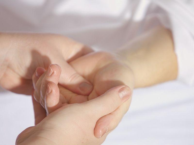 Da li vas koža svrbi ili izbija, da li je pokrivena osipom ili izigrava domaćina čudnim mrljama? Upaljenja kože, promene u teksturi ili boji i mrlje mogu biti posledica infekcije, hroničnog stanja kože ili kontakta sa alergenom ili drugim nadraživačem.