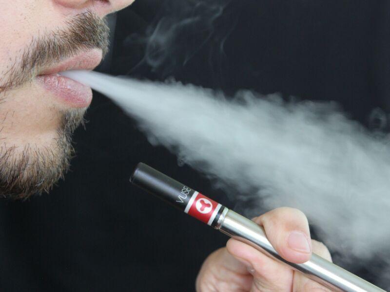 Zbog toksina, povećan je rizik od kancera pluća, želudca, jednjaka i mokraćne bešike, a učestalije su respiratorne i kardiovaskularne bolesti. Na kraju, deljenjem e-cigarete sa više korisnika, povećava se šansa za širenje infektivnih bolesti.