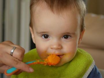 Logoped Smilja Vukotć, i ovog puta za Stetoskop izdvaja jednu čestu praksu roditelja koja može da napravi štetu, kada je reč o razvoju govornog aparata deteta. Naime, iako je možda lakše i detetu i roditelju, da se hrana izmiksa u blenderu, mnogo je bolje i prirodnije za dete, da žvaće hranu koja ima neku teksturu. U suprotnom, mogu da se razviju problemi u izgovaranju nekih glasova, ili čak, gutanju pljuvačke.