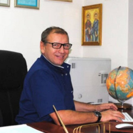 Dr Goran Stanković je specijalista plastične hirurgije sa više od 20 godina iskustva. Pored estetskih intervencija bavi se i hirurgijom tumora i lečenjem opekotina.