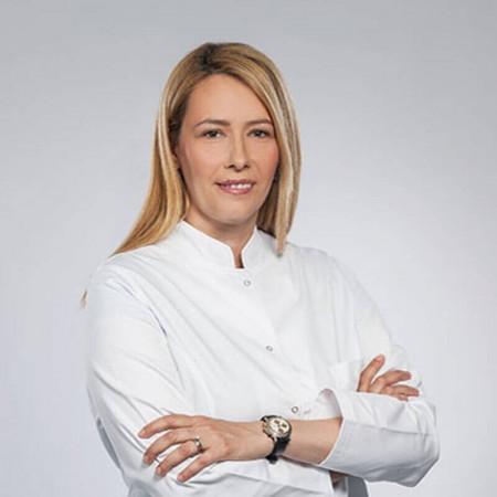 Dr Ana Popović  je položila specijalistički ispit iz oblasti oftalmologije na Medicinskom fakultetu Univerziteta u Beogradu 2019. godine.