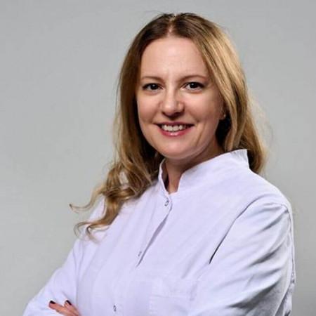 Dr Snežana Čaprić je specijalista interne medicine. Bavi se tumačenjem laboratorijskih analiza i postavljanjem dijagnoza kao i ultrazvukom srca i abdomena.