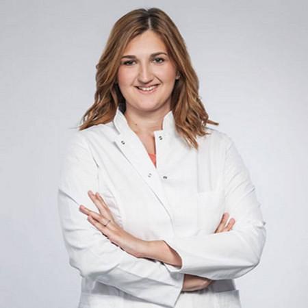 Dr Maja Marković je lekar opšte prakse. Trenutno je na specijalizaciji iz kardiologije. Radi u Beogradu.